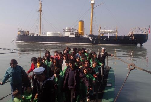 """Turistas peruanos y chilenos retornado luego de visitar el barco-museo """"Huáscar"""" en Talcahuano"""