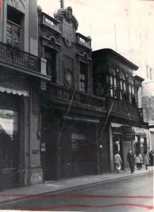 En la casa del medio, en la calle Mercaderes, al lado de la Casa Welsch, fue fundada La Crónica. Llevaba en e frontis un retrato de Daguerre.