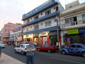 Agentes viajeros, damas de reputación dudosa, bailarinas y periodistas repletábamos el incómodo y caluroso Hotel Lima, que todavía está ahí.