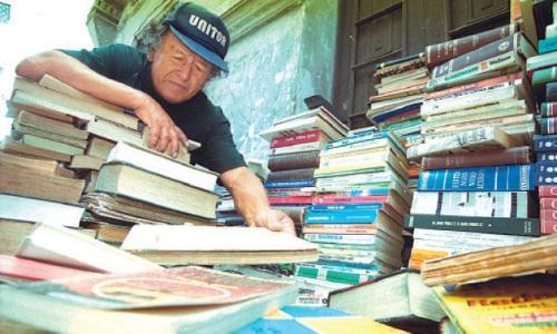 """Jorge Vega """"Veguita"""" en su salsa: hurgando entre libros viejos (Foto La República)"""