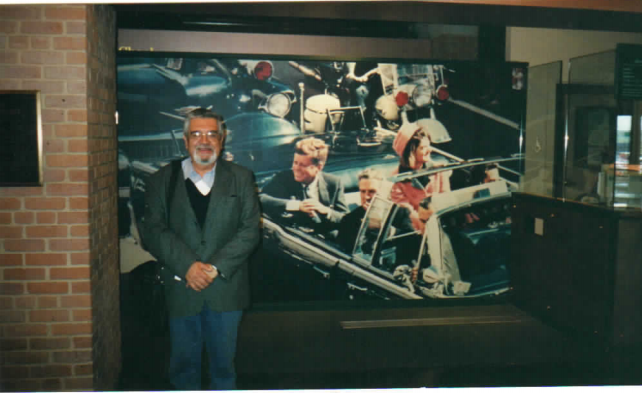 Gargu en la entrada de Museo dedicado a la memoria de Kennedy, en la hostil Dallas.