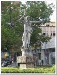 Sevilla ha erigido uin momumento a Rodrigo de Triana.